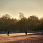 Schlittshihläufer im Sonnenaufgang